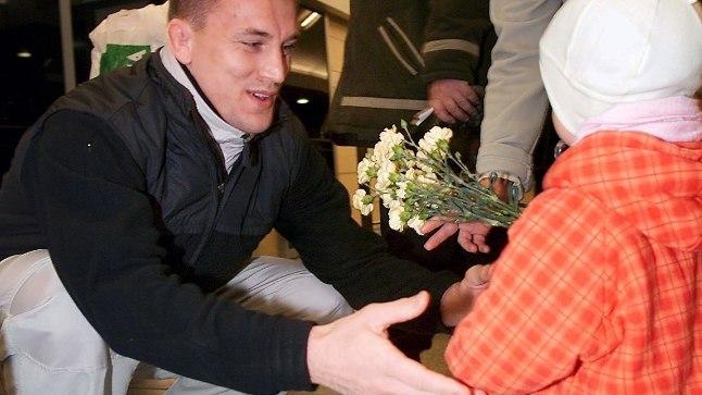 ISA JA TÜTAR: Aasta 2002 sügis, aastane Malena võtab järjekordselt võistlusreisilt tulevat isa Alekseid vastu.