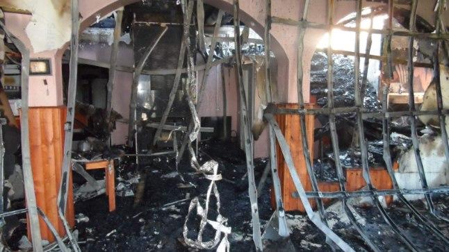 PÄRAST PÕLENGUT: Indrek Saar aitas  šašlõkibaari tulekahju tagajärgi koristada.