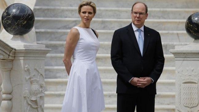 LEIA PILDILT TROONIPÄRIJA: Monaco vürstinna Charlene 6. mail oma lossi hoovis külalisi ootamas.