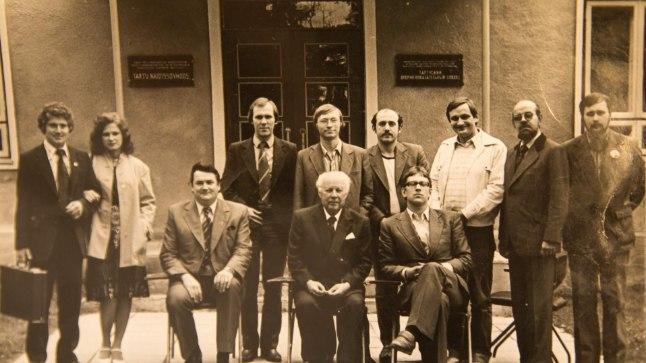 496f2903fc2 ANSAMBEL KRIMPLEENÜLIKONDADES: Suveniiri ühispilt 1980. aastate algusest.  Seisavad (vasakult) solistid Tiit