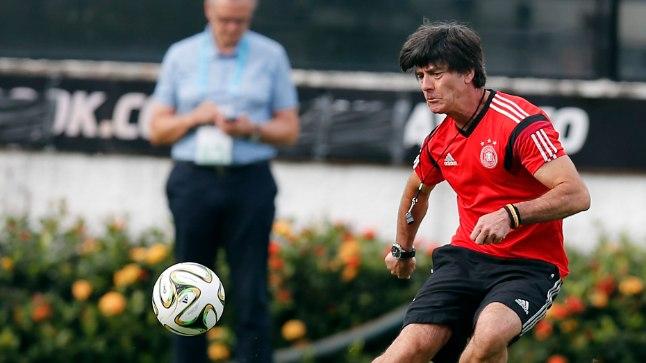 Saksamaa jalgpalli suures tulevikus veendunud peatreener Joachim Löw tegi ka ise finaalieelsel treeningul paar teravamat lööki.
