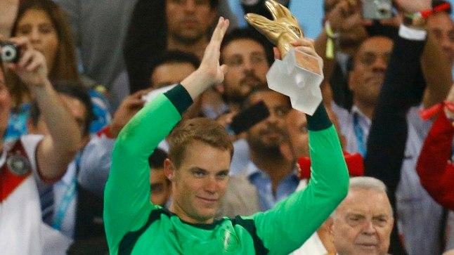 Saksamaa väravavaht Manuel Neuer juubeldab Kuldse Kinda auhinnaga.