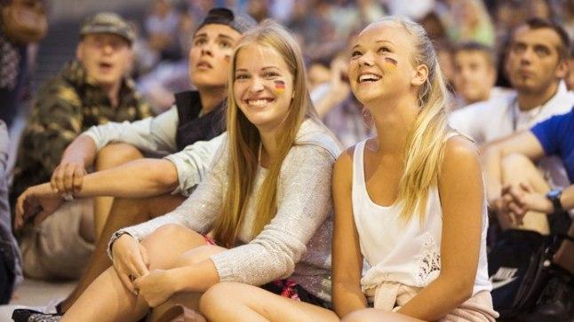 FÄNNID: Vabaduse väljakul jalgpalli vaadanud Greete ja Kertu nautisid MMi finaali. «Tore on näha Eesti rahvast jalgpallile kaasa elamas,» võtsid piigad kokku 1500 pealise publiku emotsioonid.