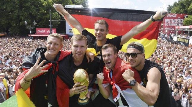 PIDU BERLIINIS: Saksamaa jalgpallikoondis jõudis eile koju ja tähistas MM-tiitlit Berliinis sadade tuhandete kaasmaalastega.