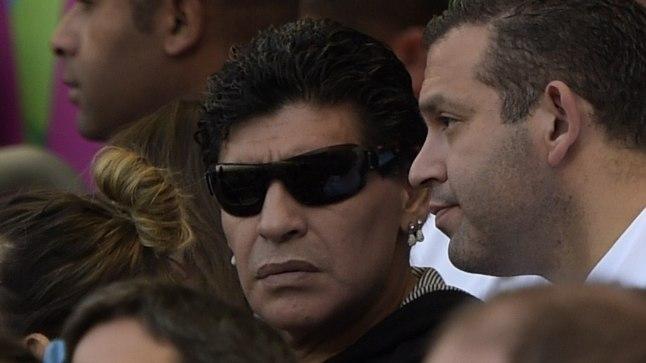 Diego Maradona (keskel)