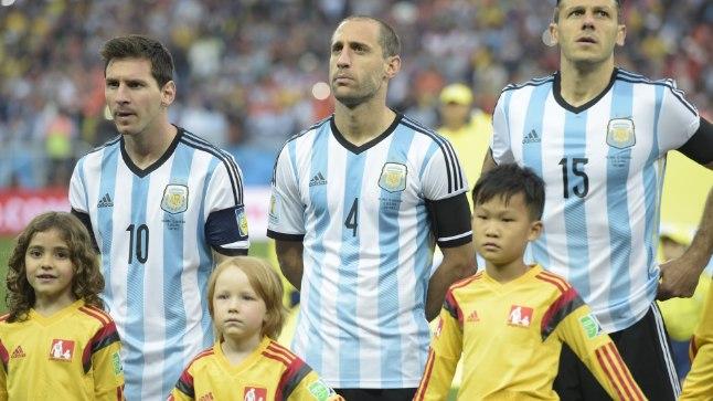 Paolo Zabaleta ees seisev Lukas jäi napilt Lionel Messi katsumisest ilma