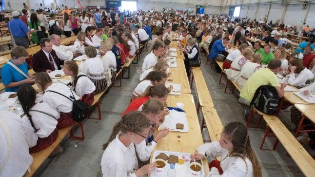 TOITLUSTUSKOMBINAAT: Suures paviljonis paigutati lauljad sööma 17 pika laua taha. Kõik sujus nagu kellavärk.