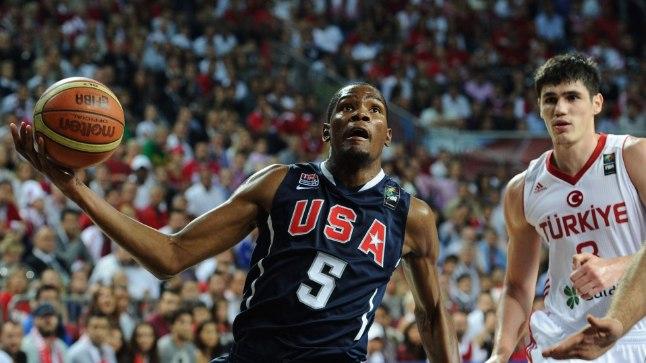 MEENUTUS: 2010. aastal vedas Kevin Durant USA koondise MM-kullale, ent nüüd jäi väsimusele viidates suurvõistluselt kõrvale. Kaasa ei tee ka türklane Ersan Ilyasova (paremal).