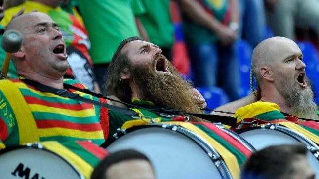 Leedu korvpallikoondise kirevad toetajad.