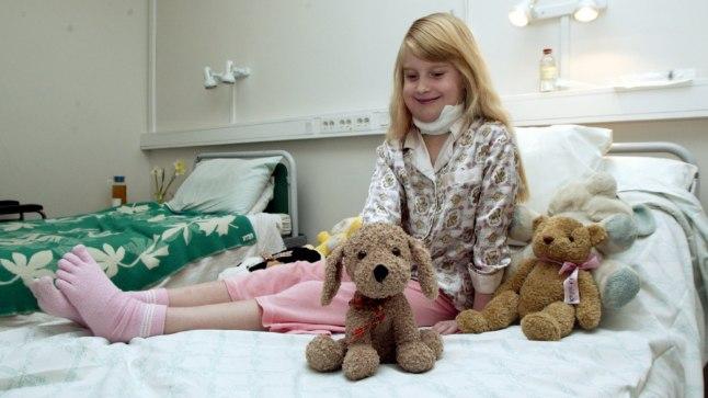 PARANEB: Elina paraneb raskest lõikusest Mustamäe haigla 11. korrusel. Seltsiks on tal koer Lontu, kes on last saatnud ka operatsioonisaalis.