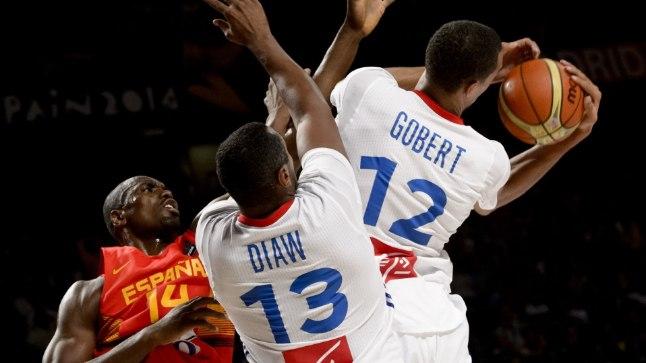 Prantsusmaa korvpallurid Rudy Gobert ja Boris Diaw võitlemas MMi veerandfinaalis Hispaania eesliinimehe Serge Ibakaga.