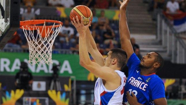 Serbia mängur Nikola Kalinic vastamisi prantslaste esindaja Boris Diawiga.