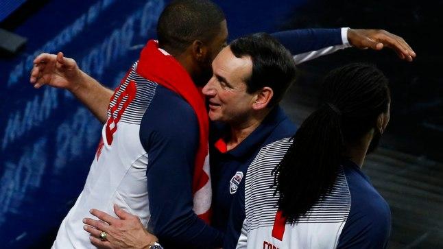 MVP Kyrie Irving (vasakul) ja peatreener Mike Krrzyzewski õnnitlevad teineteist.