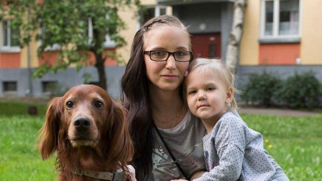 KORRAS!: Eile koos koera Bella ja tütre Lilyga õues jalutanud Mariki ütleb, et pärast viimast operatsiooni on kuueaastane kutsu jälle nagu kutsikas – hüppab, jookseb ja õnnelik.