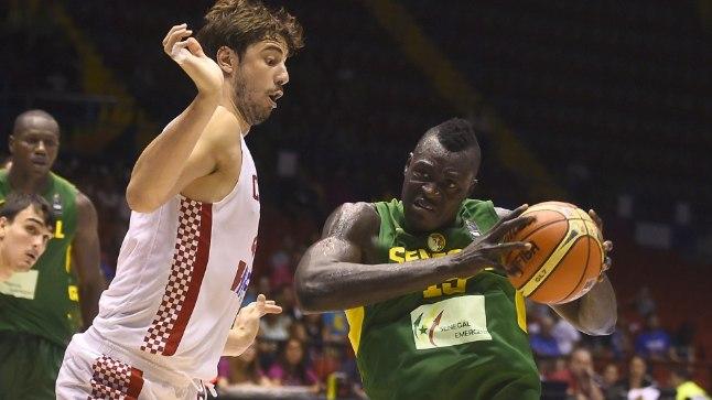 Senegali ääremängija Abdou Badji (paremal) võitlemas Horvaatia tsentri Ante Tomiciga.