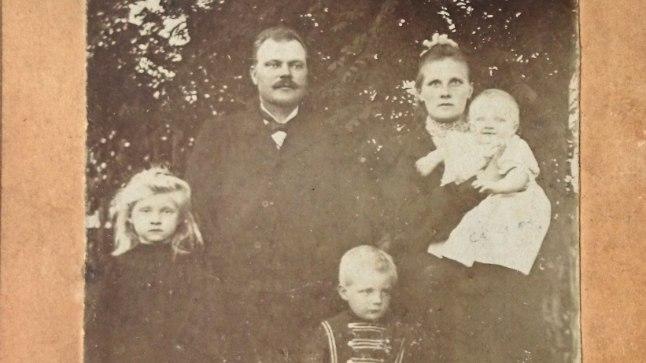Perekond Martinsonide perepilt 1906. aastast. Just vanade fotode abil on võimalik ärgitada esivanemaid oma lugusid rääkima, sest fotod on head mälu käivitajad.