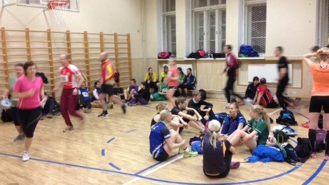 Soojendusala Tallinna Reaalkooli siseorienteerumise etapil. Mõned minutid on veel lähteni aega.