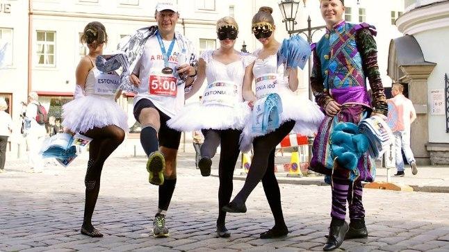 Väike ühel-jalal-seisu meenutus aastast 2013 SEB Tallinna Maratoni finišis. Ühel jalal seis on hea tasakaaluharjutus, mida võib teha praktiliselt igal pool.