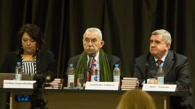 Itaalia ajakirjanik ja poliitik Giulietto Chiesa (keskel) esines meediaklubi Impressum kutsel 23. jaanuaril 2015 Maardu vaba aja keskuses. Vasakul Galina Sapožnikova, paremal Igor Teterin.