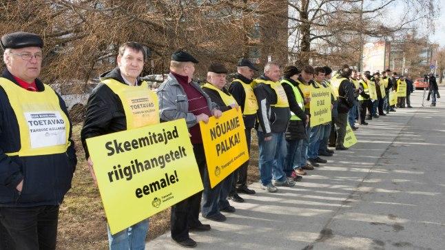 NÕUAVAD PALKA: Aprillis Tartus peetud piketil nõudsid bussijuhid skeemitamiste lõpetamist riigihangetel ja suuremat palka.
