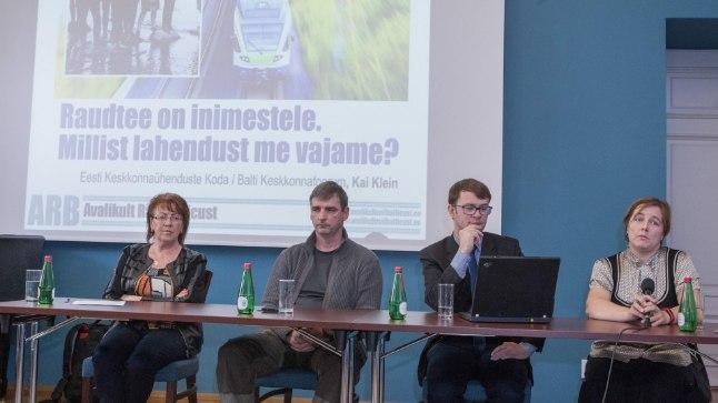 Rail Baltic inimestele: (Vasakult) Harju maavanem Ülle Rajasalu, looduskaitsja Mati Kose, keskkonnajurist Siim Vahtrus ja Kai Klein Keskkonnaühenduste Kojast – keegi ei mõista, kuhu tüürib rahandusministri mõttelend.