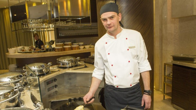 PANNKOOKI? AGA PALUN: Soovijatele küpsetatakse Swissôtelli 8. korruse restoranis ka omletti või pannkooki. Pildil hotelli peakokk Evgeny Cherdantsev.