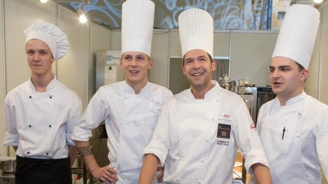 Dmitri Rooz (paremalt teine) oma meeskonnaga.