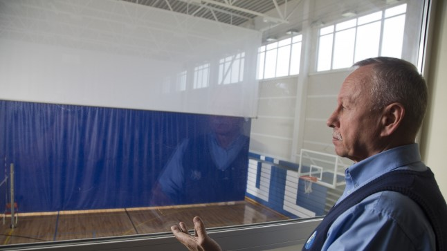 Tallinna Lilleküla gümnaasiumi direktor Jaan Paas ja kooli suurim laiendusobjekt – rahvusvahelise tasemega spordihoone.