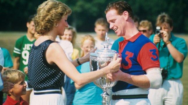 SALAARMUKESED: Diana 1994.aastal Hewittile polokarikat üle andmas.