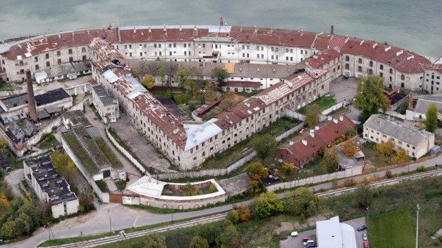 Peterburi kindralstaabi joonestuslaual anti Patareile sekstanti meenutav kuju. Ümbritsevad hooned on vanglaperioodil ehitatud.