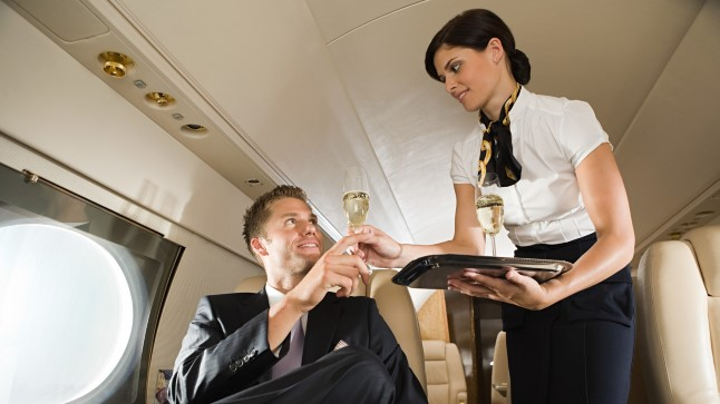 TUNDIS TÜSSATUNA: Mees, kes oli harjunud siresäärsete stjuardessidega, ei suutnud oma nördimust varjata, kui sattus kord lendama vanemate prouadega.