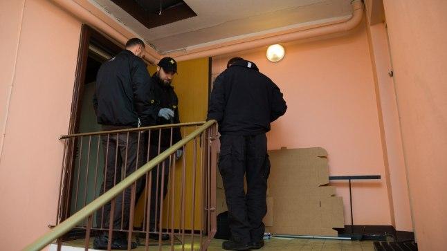 PEREDRAAMA: Pärnus Oja tänaval pani hambuni relvastatud 61aastane Viktor 22. detsembri õhtul põlema oma korteri. Pildil on uurijad.