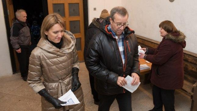 Ieva Kupce ja Toomas Hendrik Ilves jõulujumalateenistuse Halliste kirikus