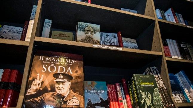 AHVATLEV RIIUL: Madis Milling, kelle lemmiksõjaraamat on kapsaks loetud «Kolmas eskadrill», tunnistab, et raamatupood on talle ohtlik paik. Näitlejana tuntud rahvasaadik on üks paljudest, keda maailmasõja raamatutega müügilett magnetina ligi tõmbab.  Pilt on tehtud Solarise Apollo kaupluses.