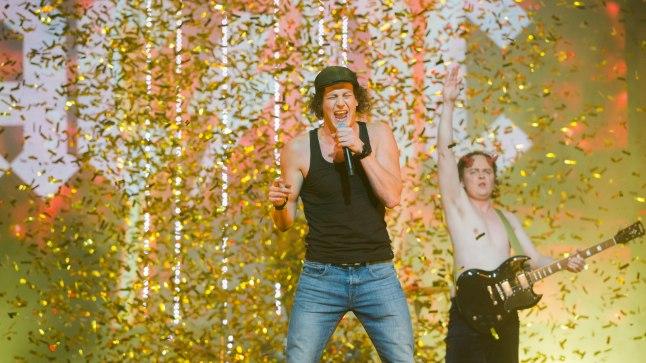 """KUUM NUMBER: Juss Haasma esitas finaalis AC/DC loo """"Highway To Hell"""" ja niigi särtsakat etteastet saatsid laval ka leegipurskajad. Rahvas hüppas pea esimesest sekundist, kui Juss lavale astus, püsti ja rokkis temaga terve loo kaasa."""