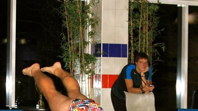 MyFitnessi ujumistreener Lauri Pakkas jälgib, kuidas hoolealune vette sumatab. Suured tänud talle selle eest, et ühe mehe ammuse hirmu ja unistuse teoks aitas teha ning saltopöörde ABC mulle selgeks tegi!
