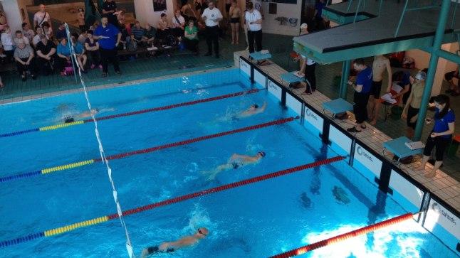 Et oma ujumistrennid basseinis tõhusamaks muuta, on soovitav kasutada abivahendeid.