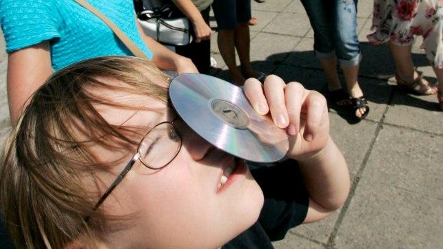 Läbi CD vaadeldes ei tohi Päikest vaadata läbi ketta keskel oleva augu, vaid läbi ketta enda.
