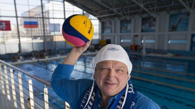 BOSS: Moskva Dinamo veepalliklubi presidendi nõunikuna tegutsev Mait Riisman tõmbas kodubasseini serval pähe veepallimütsi ja haaras kätte palli.
