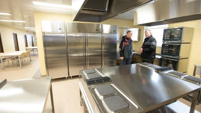 KULUD RUUMIDELE: Suure osa kuludest moodustavad ruumid. Fotol uue Tartu avavangla meeste osakonna kööginurk.