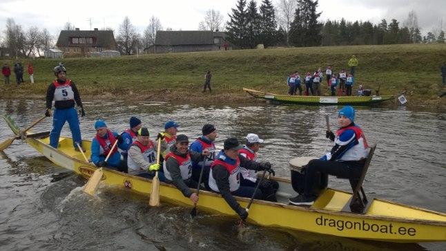 10-liikmeline Pirita aerutamisklubi Dragon-paat