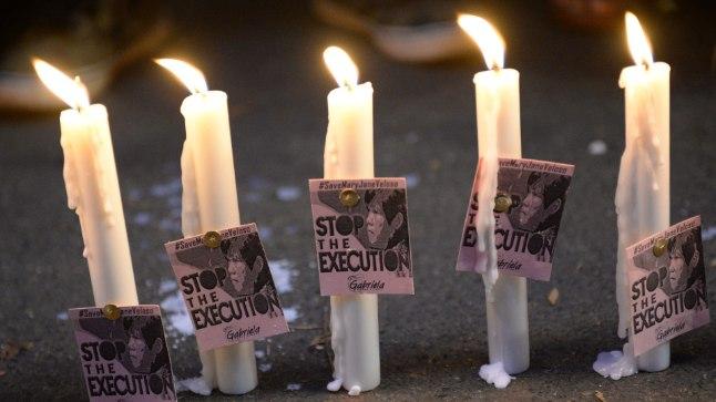ESIALGU PÄÄSENUD: Indoneesia saatkonna ees Manilas põlesid viimastel päevadel küünlad, millel nõuti narkokulleri Mary Jane Veloso (30) hukkamise edasilükkamist. Mõnevõrra ootamatult nii ka läks. Üheksast hukkamist oodanud narkokurjategijast jäeti tema ainsana ellu.
