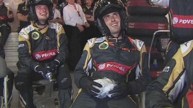 VALUS: Vopsu saanud mehhaanik pidi pärast Roman Grosjeani poksipeatust istuma, jääkott kubemel.