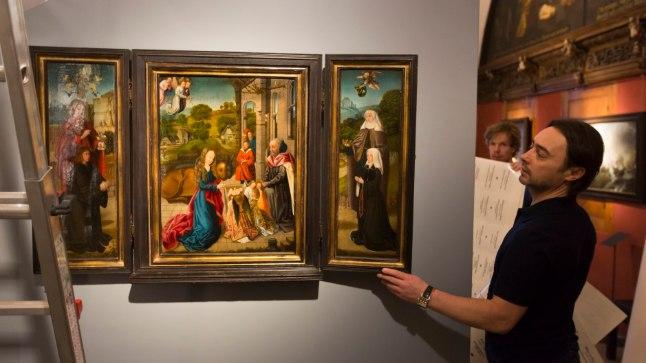 Näituse korraldaja Andrian Melnikov näitab, et kappaltari-taolisel kolmikmaalil on ka välisküljed maalilised.Heiko Kruusi
