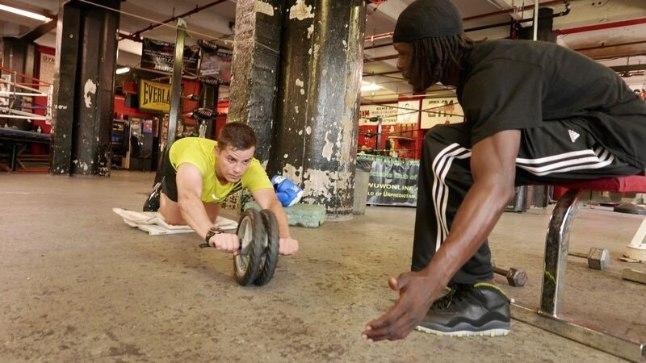 Tantsutreenet Joel Juht treenib Ney Yorkis olles peamiselt mustanahaliste seas populaarses ajaloolises poksiklubis Gleasons Gym.