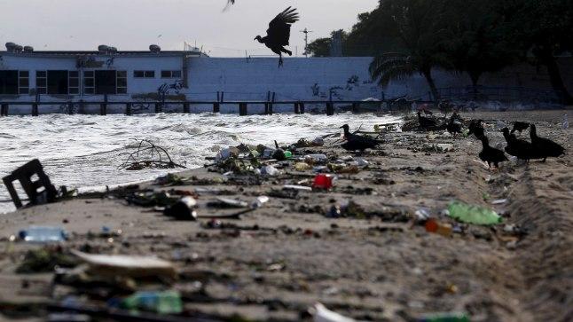 Rio olümpiavetest randa uhutud rämps.