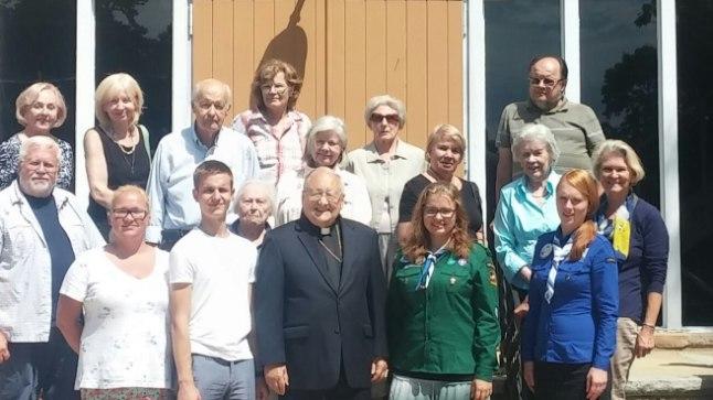 Foto on tehtud Lakewoodi Eesti kiriku ees, mille kõrval meie Arhiiv asubki.
