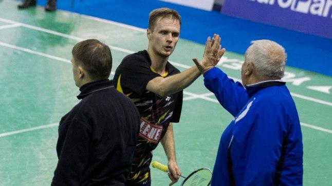 Raul Must lööb pärast võitu käe kokku treener Mart Siliksaarega.