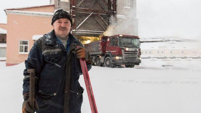 MIDA TEHA?: Sergei ei tea, mida teha. Ta on 20 aastat tehases töötanud, nüüd on kaks aastat pensionini ja ta ise ütleb, et on kindel mineja.