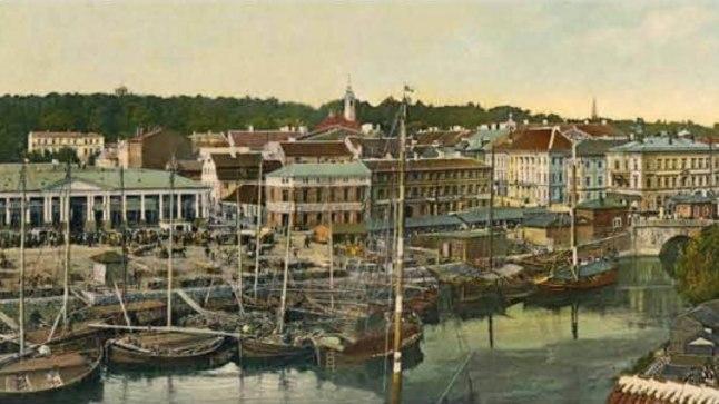 Tartu oli sajand tagasi nii Vene impeeriumi üks kuuest ülikoolilinnast kui ka teede ristumiskohas olev tegus kaubalinn. Friedrich David Libliku neljaosaline panoraampostkaart (mõõdud 55 × 9 cm) aastast 1907.